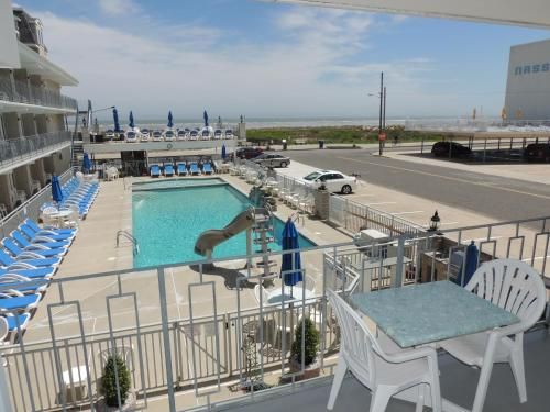 A view of the pool at Fleur de Lis Beach Motel or nearby