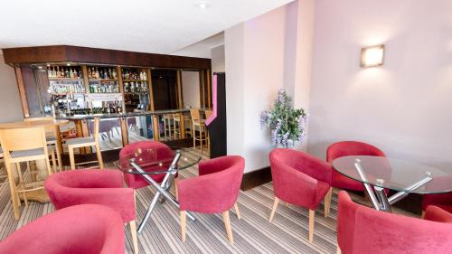 The lounge or bar area at Norwich Hotel