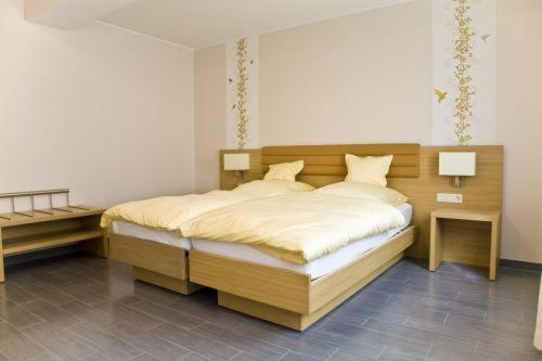 Ein Bett oder Betten in einem Zimmer der Unterkunft Hotel De La Sure