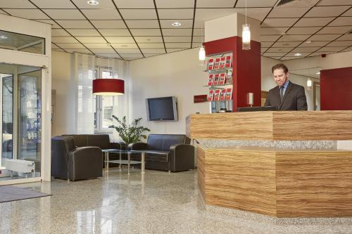 Lobby/Rezeption in der Unterkunft H+ Hotel Darmstadt
