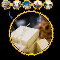 Kotak-kotak hadiah dibungkus kertas dan pita