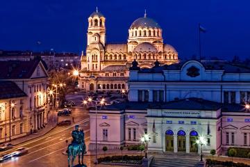 София: Автомобили под наем в 17 места за взимане