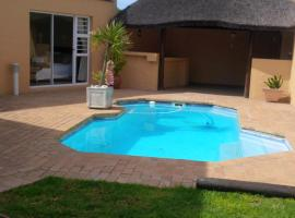 Ibis Holiday Home, villa in Cape Town