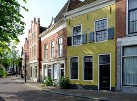 Huisje aan de gracht, hotel near Franeker Station, Franeker