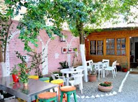 Zig Zag Hostel, отель в Тиране