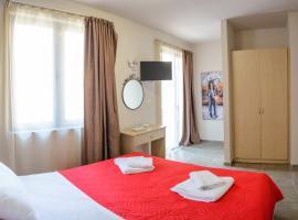 LUX Hotel, מלון בפיראוס