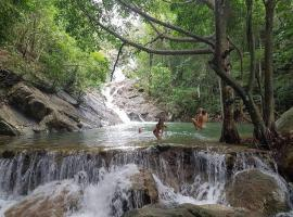 Paradise Waterfall House, hotel in Chaloklum