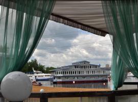 Family hotel on the lake Lakada, hotel in Gribki
