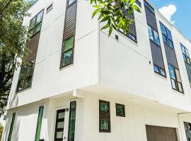 Montrose Guesthouse Suites by Dunyha, villa in Houston
