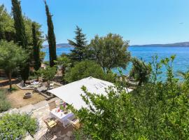 Secret Garden Barada Beach Apartment, spa hotel in Trogir