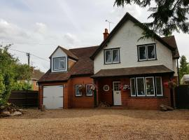 Sadlers Guest House, hotel near Bearwood Lakes Golf Club, Wokingham