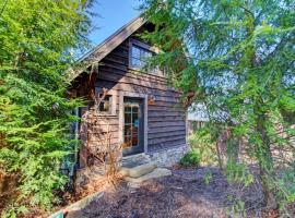Wild Turkey's Roost Cabin, hotel in Black Mountain