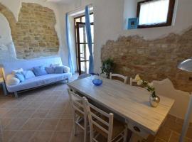 Quaint Cottage with Private Terrace in Pergola, hotel in Pergola
