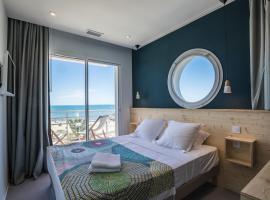 Joli studio cabine 2 à 5 pers ,plein de charme, bord de mer, Port Camargue, hotel in Le Grau-du-Roi