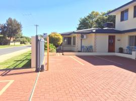The Royal Dolphin Bed & Breakfast Safety Bay, hotel in Rockingham