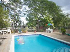 Rocky Top Retreat, villa in Negril
