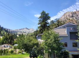 Squaw Valley Lodge, apartment in Olympic Valley