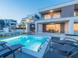 Apartments with pool Villa Zora, hotel in Novalja