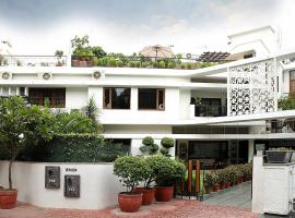 Ahuja Residency Golf Links, hotel near Swaminarayan Akshardham, New Delhi