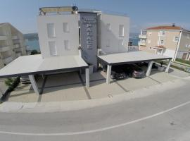 Apartments Exclusive Palace, hotel with pools in Trogir