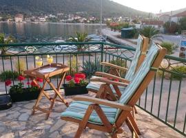 Seaside holiday house Vinisce, Trogir - 12066, hotel in Vinišće