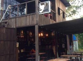 The Shadow House & Bar, hotel in Ko Phayam