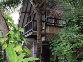 Panji Panji Tropical Wooden Home, vacation rental in Pantai Cenang