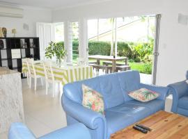 MODERN 3 BEDROOM APARTMENT IN TRADITIONAL QUEENSLANDER , PATIO, LEAFY YARD, POOL, hotel near Boggo Road Gaol, Brisbane