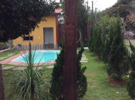 Chalé na Roça Penedo, hotel with pools in Penedo