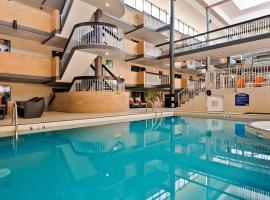 Best Western Plus Village Park Inn, hotel in Calgary