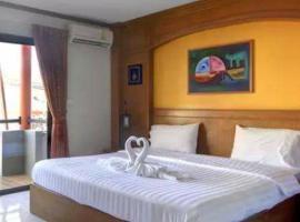 Baantonkhao Hotel, отель в городе Ката-Бич