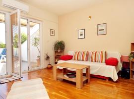 Apartments by the sea Lumbarda, Korcula - 9260, budget hotel in Lumbarda