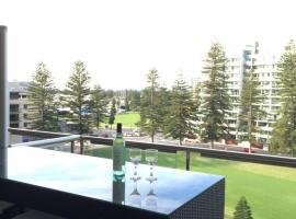 Beachside Luxury getaway in Glenelg, hotel near Glenelg Marina, Glenelg