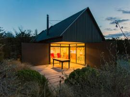 The Black House with Stunning Outdoor Bath, hotel in Lake Tekapo