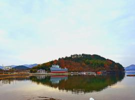 Geoje Sea Love Pention, country house in Geoje