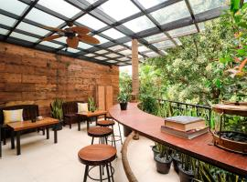 Treehouse Suites - Boutique Serviced Apartment, hotel di Jakarta