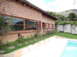 Isolamento com natureza e muito conforto para famílias com crianças, holiday home in Teresópolis