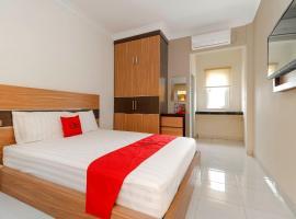 RedDoorz Plus near Palembang Square Mall, guest house in Palembang