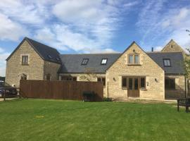 Ty Nant Cottages and Suites, villa in Carterton
