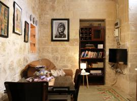 5 Minute Walk From Malta Airport, villa in Gudja