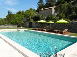 Joli Mas Provençal du 19ème siècle avec grande piscine privée, situé au calme, en campagne de Lacoste, au cœur du Luberon, 6 personnes, LS2-239 Amanto, hotel in Lacoste