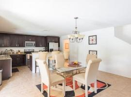 Modern 4 bedroom House with swimming pool, vacation rental in Clearwater