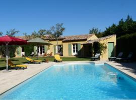 Agréable villa familiale avec piscine chauffée, grand jardin, située proche du centre du village de Mouriès au coeur des Alpilles, 10 personnes, LS1-140 Baguie Roso, holiday home in Mouriès
