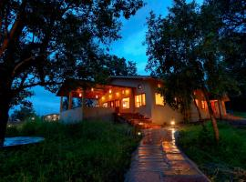 Serenity Jungle Retreat, hotel con piscina en Kānha