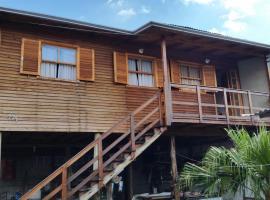 Casa de madeira em Caxias do Sul, family hotel in Caxias do Sul