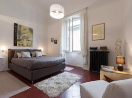 Old Bridge: historical and chic apartment, holiday home in Florence