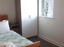 2 double rooms available in 3 bedroom house, hotel near The Open University, Milton Keynes
