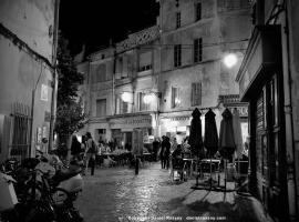 Place de la Roquette, centre historique, hotel in Arles