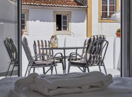 Home near Évora's main square with private terrace, villa em Évora