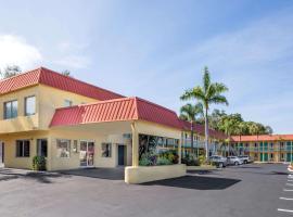 Super 8 by Wyndham Sarasota Near Siesta Key, motel in Sarasota